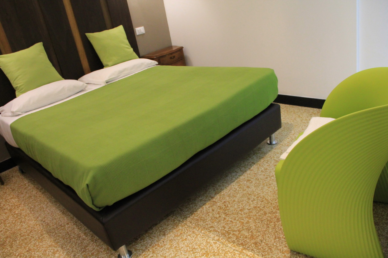 http://www.hotelbologna.genova.it/wp-content/uploads/2014/05/Camera-wood-room16.jpg