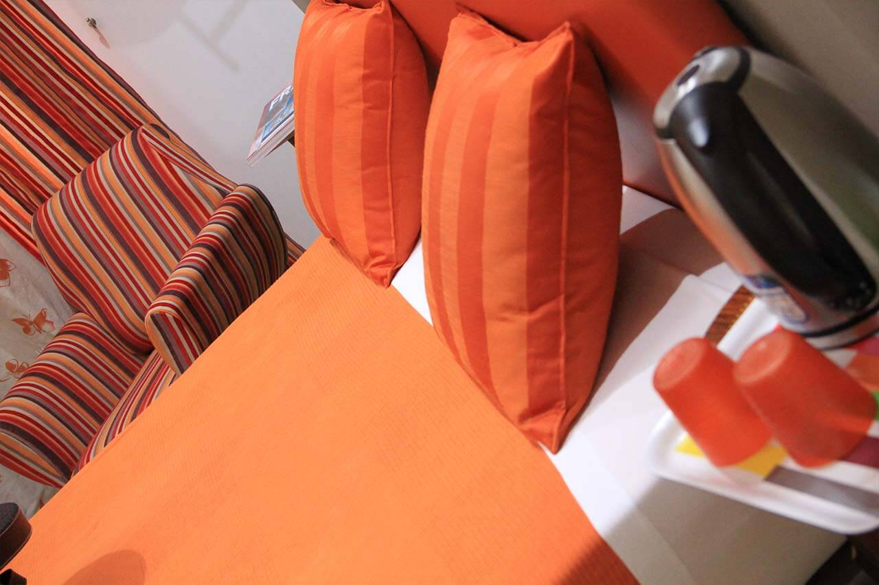 http://www.hotelbologna.genova.it/wp-content/uploads/2017/08/orange-room-3.jpg